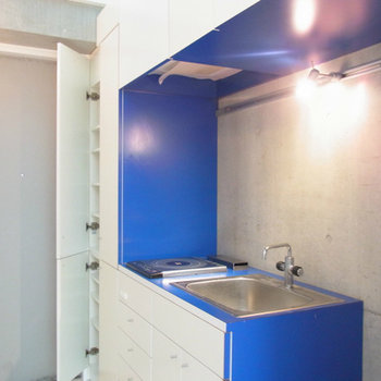 完全にデザイン仕様のキッチン。収納もたくさん。