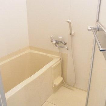 浴室は案外普通なユニットバス。