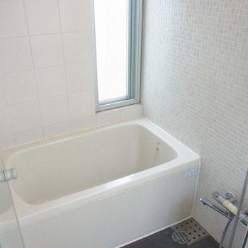 バスルームにも小窓!