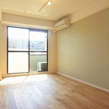 落ち着きのあるヤマグリの床。日当たり良し! ※写真は別部屋です