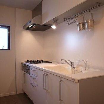 キッチンは大理石の2口ガスコンロ!グリル付きです。 ※写真はイメージです