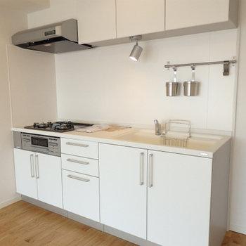 キッチンは新品のシステムキッチン※写真は別部屋です
