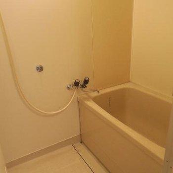 お風呂は塗装が入ります。見た目は新品のようにきれいに※写真は工事前