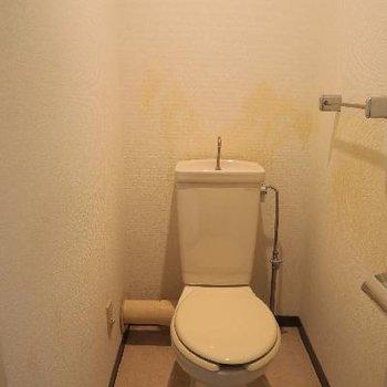 トイレも既存を利用します。(壁紙、床ペーパーホルダー、タオル掛けは新しく)※写真は工事前