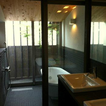 季節を感じられそうな浴室スペース