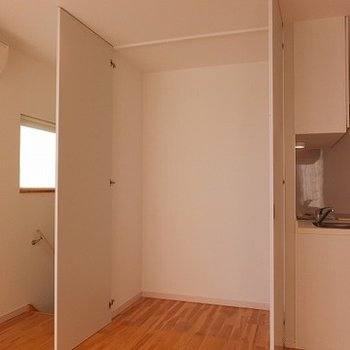 3階のリビングにも収納があります。