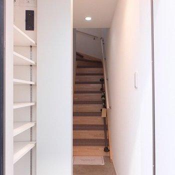 玄関を入るとすぐに階段です。