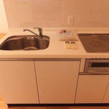 キッチンはIH3口コンロです。