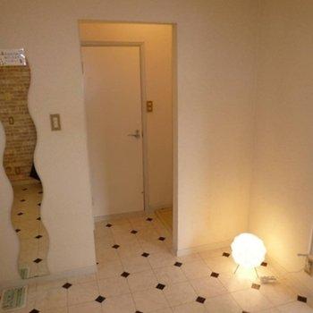 ダイニングから、トイレ・バスルームへ繋がる。