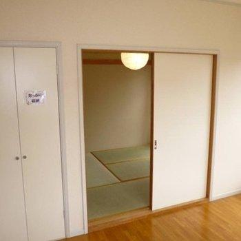 さらに奥には、畳の和室が静かに広がる。