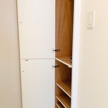 シューズボックスの棚は高さが変えられます※写真はクリーニング前のものです