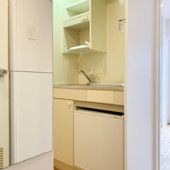 キッチンは廊下の途中、ちょっと入ったところに※写真はクリーニング前のものです