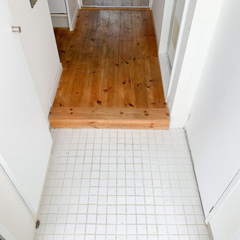 玄関のタイルは白でスッキリ※写真はクリーニング前のものです