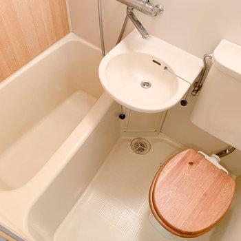 お風呂はギュッと3点ユニット。木製便座がかわいらしい◎※写真はクリーニング前のものです