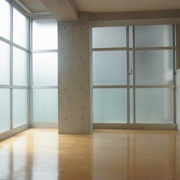 大きな窓の隅っこで。