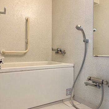 手すり付きで安心安全のバスルーム。