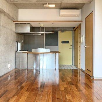 下の階へ降りて、キッチン側へ。