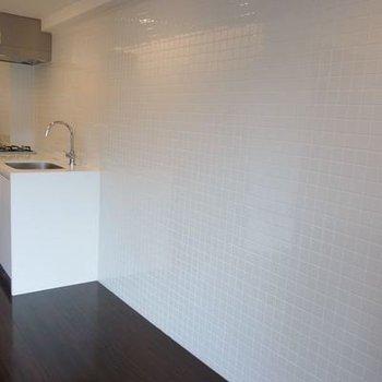 白いタイル張りの壁が特徴的です(写真は別室です)