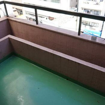バルコニーは緑色。思い切って塗装してみては。