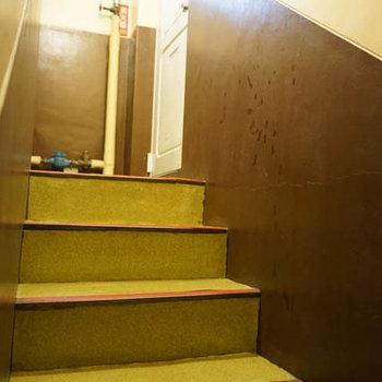 共用部分はレトロ。階段を乗り越えられる方に。