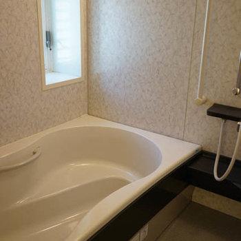 お風呂、ひろーい!窓も在ります。※写真は別室です