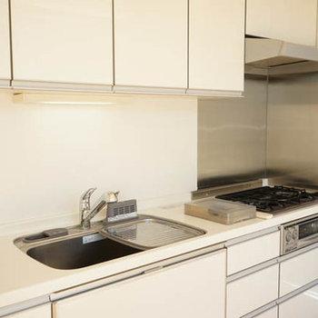 ガス3口のシステムキッチンは収納充実。※写真は別室です