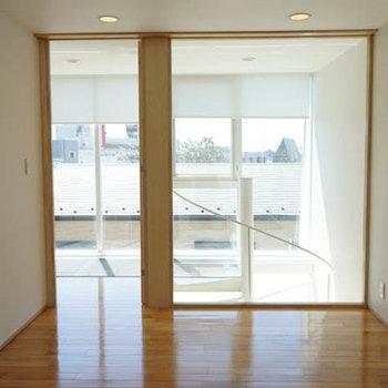 奥側から。仕切りがガラスで光が入ってきます。※写真は別室です