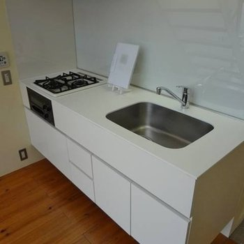 システムキッチンは、かなり広めにつくられています。