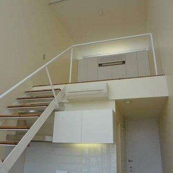 2階への階段。吹き抜けも広いです。