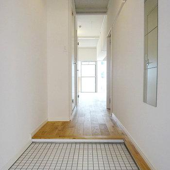 玄関は可愛らしく白タイルに※画像はイメージ