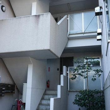 1階ですが、階段少しのぼったところです。
