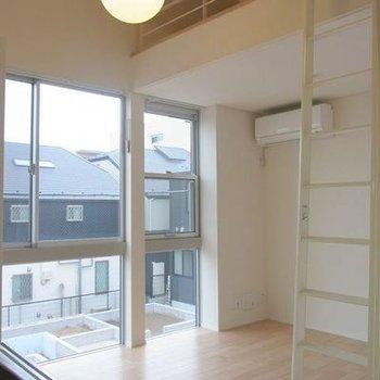 1階部分、大きい窓から光が差します※写真は別室です