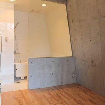 寝室、ガラスの向こうはお風呂