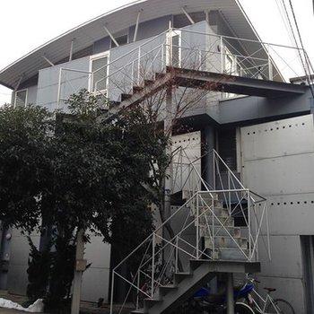 階段が印象的な外観。
