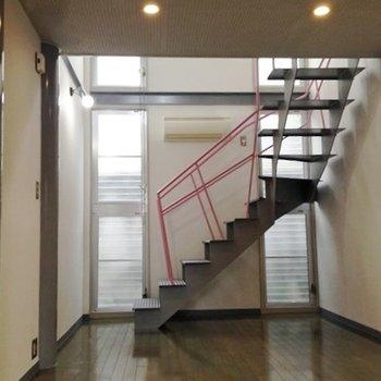 玄関を開けると2階へ続く階段が目の前に。【写真は別部屋です】