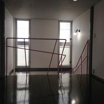 天井まで届く窓。【写真は別部屋です】