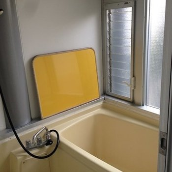 お風呂は2階に。窓付きで開放感あります。【写真は別部屋です】