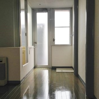 ベランダへの扉横には洗濯機置き場。【写真は別部屋です】