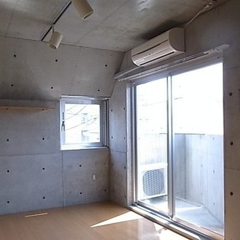2面採光で明るい室内。備え付けの棚もあります。