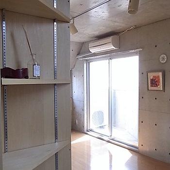 ちょっとしたスペースを利用して可動式の棚が。