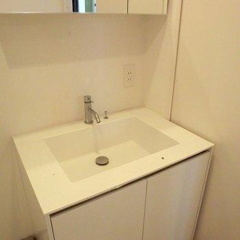 四角いイマドキの洗面台。