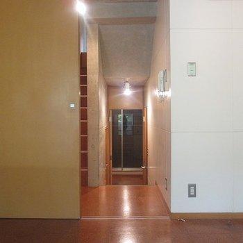 こちらのお部屋は比較的明るめ