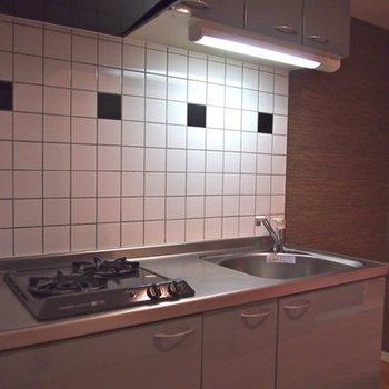 タイル貼りのキッチンは2口ガスコンロ。※写真は前回募集時のものです