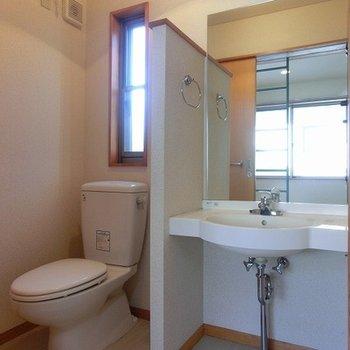 トイレも窓つき。洗面台もしっかり。