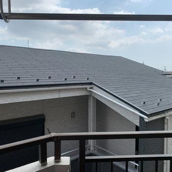 眺望は隣の建物の屋根と空!