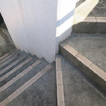 階段はちょっと狭め