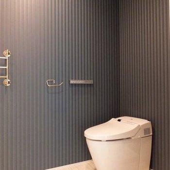 ブルーのクロスがオシャレなトイレ