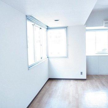 窓が多い明るいお部屋。