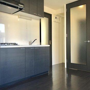 玄関そばにキッチン。お隣の扉はサニタリー※写真はクリーニング前のものです。