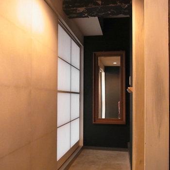 玄関土間には額縁付きの鏡があります。※写真は前回募集時のものです